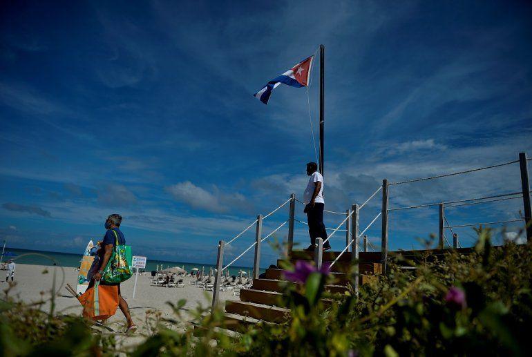 Un turista camina cerca de una bandera nacional cubana en el Hotel Melia International Varadero en la provincia de Matanzas