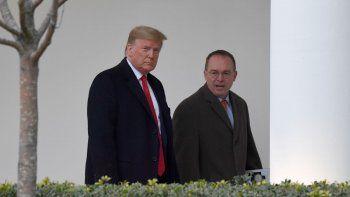 En esta fotografía de archivo del 13 de enero de 2020, el presidente Donald Trump y Mick Mulvaney, jefe de despacho de la Casa Blanca, derecha, caminan en el exterior de la Casa Blanca en Washington.