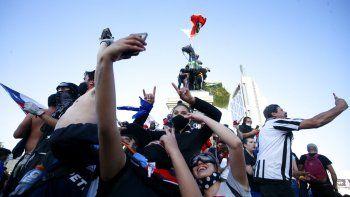 Manifestantes contra el gobierno se reúnen en la Plaza Italia tras un plebiscito para decidir si el país debe reemplazar su constitución de hace 40 años, redactada durante la última dictadura militar, en Santiago, Chile, el domingo 25 de octubre de 2020.