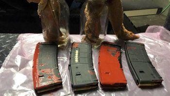 En esta imagen del domingo 26 de julio de 2020 publicada en Twitter por la Policía de Portland, se ven objetos descritos como cargadores de rifle llenos y bombas incendiarias , encontrados en un parque en Portland, Oregon.