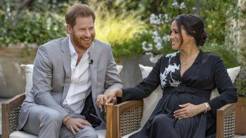 Esta imagen proporcionada por Harpo Productions muestra al príncipe Harry, a la izquierda, y a Meghan, duquesa de Sussex, hablando sobre el bebé que esperan durante una entrevista con Oprah Winfrey.