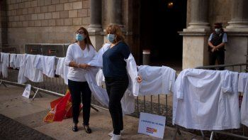 Protesta de médicos en la sede del gobierno catalán, en Barcelona, contra las condiciones de trabajo y mientras siguen aumentando los casos de coronavirus en España, el jueves 29 de octubre de 2020.