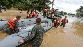 La tormenta Iota, que tocó tierra en Nicaragua como un huracán de categoría 5 catastrófico el lunes, mató al menos a diez personas al destrozar casas, arrancar árboles e inundar carreteras durante su avance destructivo en Centroamérica.