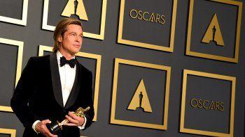 Brad Pitt posa tras ganar el Oscar como mejor actor de reparto por la película Once Upon A Time In Hollywood en la 92 edición de los Premios de la Academia.