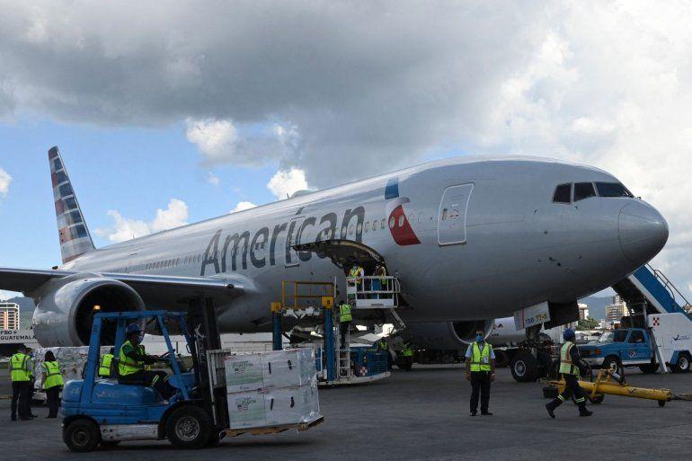 Los empleados del aeropuerto descargan un lote de 1.5 millones de dosis de la vacuna Moderna donada por los EEUU que llegó al Aeropuerto Internacional Aurora en la Ciudad de Guatemala