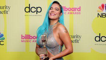 Karol G posa en la ceremonia de los Billboard Music Awards 2021, transmitidos el 23 de mayo de 2021 en el Microsoft Theatre de Los Angeles, California, tras ganar como Mejor artista femenina latina.