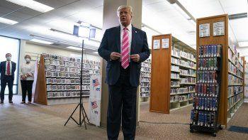 El presidente Donald Trump habla con la prensa después de votar en la elección presidencial, sábado 24 de octubre de 2020, en West Palm Beach, Florida. Voté por un tipo llamado Trump, dijo.