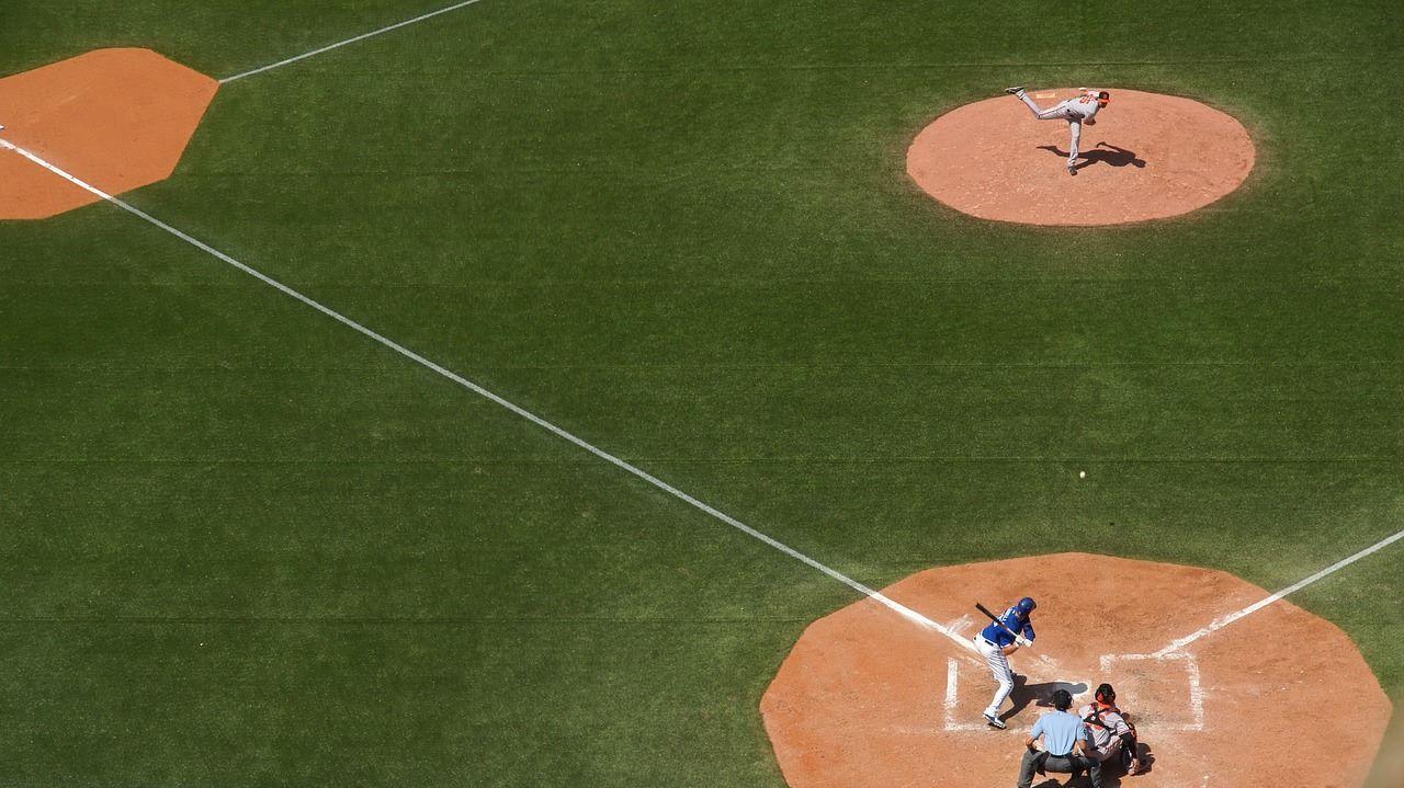 Peloteros en campo de juego de béisbol.