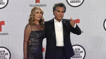 El Puma Jose Luis Rodríguez y su esposa, Carolina Pérez, llegan a la ceremonia de los Latin American Music Awards en el BB&T Center, el jueves 15 de abril de 2021 en Sunrise, Florida.