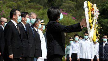 La presidenta de Taiwán, Tsai Ing-wen, coloca una corona de flores al conmemorarse 62 años del ataque de China en la isla Kinmen, el domingo 23 de agosto de 2020.
