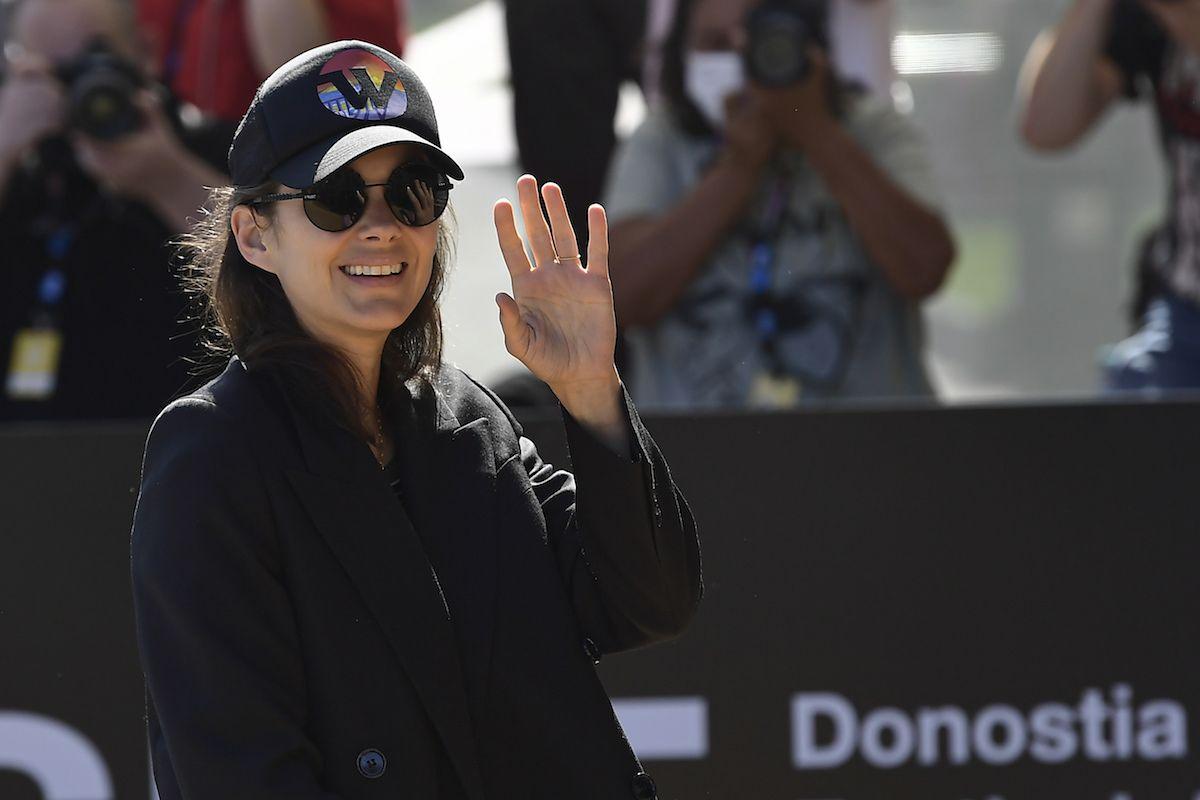La actriz francesa Marion Cotillard saluda a la prensa al llegar a un hotel para la 69a edición del Festival de Cine de San Sebastián, el 17 de septiembre de 2021 en San Sebastián, España. Cotillard recibirá el premio Donostia a la trayectoria.