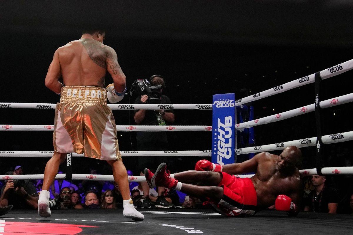 Evander Holyfield cae a la lona tras recibir un golpe de Vitor Belfort en un combate realizado el 11 de septiembre del 2021 en Hollywood, Florida