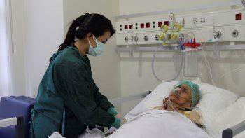 Una enfermera monitorea a Ayse Karatay en el Hospital Municipal de Eskisehir, Turquía, el sábado 4 de septiembre de 2021. Karatay, una mujer turca de 116 años ha sobrevivido al COVID-19, dijo su hijo el sábado, lo que la convierte en una de las personas de más edad que vence la enfermedad.