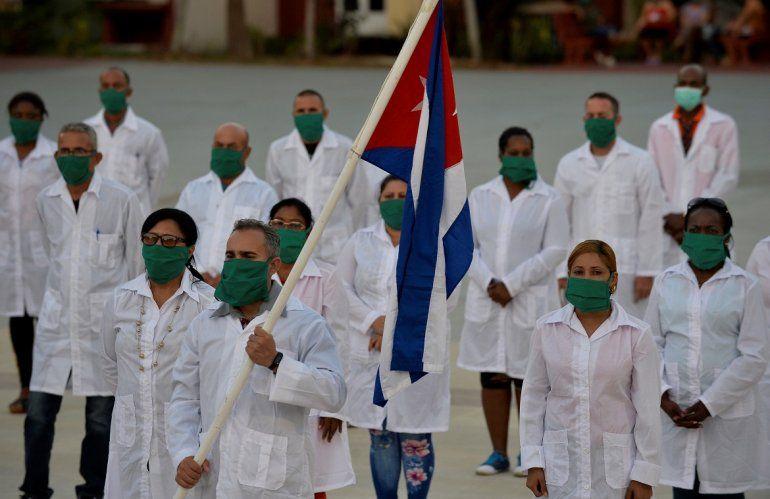 En esta foto de archivo tomada el 28 de marzo de 2020 médicos y enfermeros de la Brigada Médica Internacional Henry Reeve de Cuba participan en una ceremonia de despedida antes de viajar a Andorra para ayudar en la lucha contra la pandemia del coronavirus COVID-19