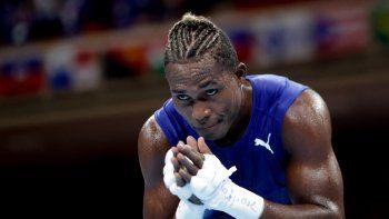 Julio La Cruz de Cuba celebra después de ganar contra Elly Ajowi Ochola de Kenia al final de la ronda preliminar de boxeo de octavos de final de su peso masculino (81-91kg) durante los Juegos Olímpicos de Tokio 2020
