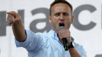 En esta imagen de archivo tomada el sábado 20 de julio de 2019, el activista opositor ruso Alexei Navalny hace un gesto mientras habla a una multitud en una protesta política en Moscú.