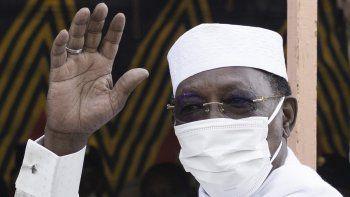 El presidente de Chad, Idriss Deby Itno, saluda a una multitud de periodistas y simpatizantes cuando llega a emitir su voto en un colegio electoral en Ndjamena, el 11 de abril de 2021.