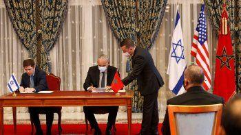 Marruecos e Israel firman acuerdos para establecer vuelos directos, cooperación financiera, exenciones de visa para diplomáticos y cooperación en tecnología para el manejo del agua en la casa de huéspedes junto al palacio real, en Rabat, Marruecos.