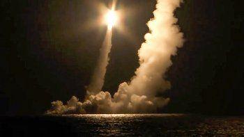 Fotografía tomada de un video distribuido por la oficina de prensa del Ministerio de Defensa de Rusia, de misiles balísticos intercontinentales siendo disparados desde el submarino nuclear Vladimir Monomakh desde el Mar de Okhotsk, Rusia, el sábado 12 de diciembre de 2020.