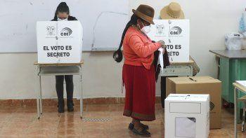 Una mujer vota durante las elecciones generales en Cangahua, Ecuador, el domingo 7 de febrero de 2021. En medio de la nueva pandemia de coronavirus, los ecuatorianos acudieron a las urnas en una primera vuelta de las elecciones presidenciales y legislativas.