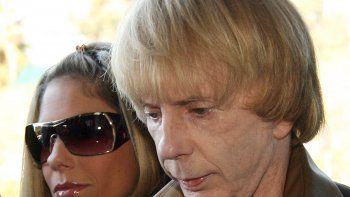 En esta foto de archivo, el productor musical Phil Spector llega con su esposa Rachelle Short al Tribunal Superior de Los Angeles durante la fase de selección del jurado de su juicio por asesinato, en Los Angeles, California, el 24 de abril de 2007.