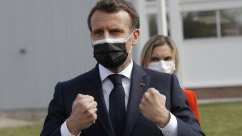 El presidente francés Emmanuel Macron visita la planta Delpharm en Saint-Remy-sur-Avre, al oeste de París, viernes 9 de abril de 2021. La planta envasa las vacunas Pfizer.