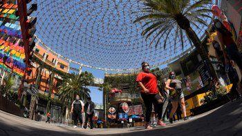 Varias personas recorren el paseo turístico Universal CityWalk el jueves 11 de junio de 2020, cerca de Universal City, California, el cual fue reabierto recientemente tras ser cerrado debido a la pandemia de coronavirus.