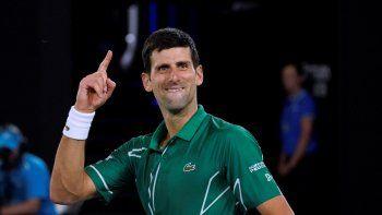 El serbio Novak Djokovic celebra tras vencer al suizo Roger Federer en su semifinal en el Abierto de Australia Melbourne el jueves, 30 de enero del 2020.