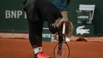 La tenista estadounidense Serena Williams reacciona tras perder un punto contra su compatriota Kristie Ahn en la primera ronda de Roland Garros, en París, el 28 de septiembre de 2020.
