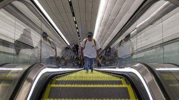 Un hombre usa una máscara facial como medida de precaución contra la propagación del nuevo coronavirus dentro de una estación del metro en Santiago de Chile, el miércoles 18 de marzo de 2020.