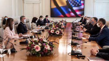 Foto publicada por la Presidencia colombiana que muestra al presidente colombiano Iván Duque (2 de la izquierda) y el secretario de Estado de los Estados Unidos, Mike Pompeo (2 de la derecha), reunidos con sus respectivas delegaciones en el Palacio Presidencial de Nariño en Bogotá el 19 de septiembre de 2020, en medio de Pandemia del nuevo coronavirus COVID-19.
