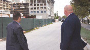 El alcalde de Sweetwater, Orlando López, y el gerente municipal adjunto de ese municipio, Robert Herrada, visitan obras privadas en esa localidad floridana.