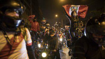 Una caravana de manifestantes en motocicletas marcha mientras espera a las noticias sobre quién será el próximo presidente del país, en Lima, Perú, el domingo 15 de noviembre de 2020. Manuel Merino anunció su renuncia tras protestas masivas, desencadenadas cuando los legisladores destituyeron al expresidente Martín Vizcarra.