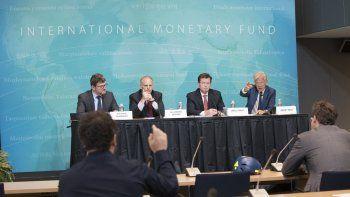 Encargados de división y jefes de la misión delFMI, Stephan Danninger (i), y Nigel Chalk (d), y el director del Fondo para el Hemisferio Occidental en una rueda de prensa reciente. Fotografía cedida por el Fondo Monetario Internacional (FMI)