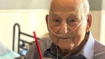 En esta imagen cortesía de Holly Wooten McDonald se ve a Major Wooten, veterano de la Segunda Guerra Mundial y paciente recuperado de COVID-19 con una bebida para festejar su cumpleaños 104, el jueves 3 de diciembre de 2020, en Madison, Alabama.