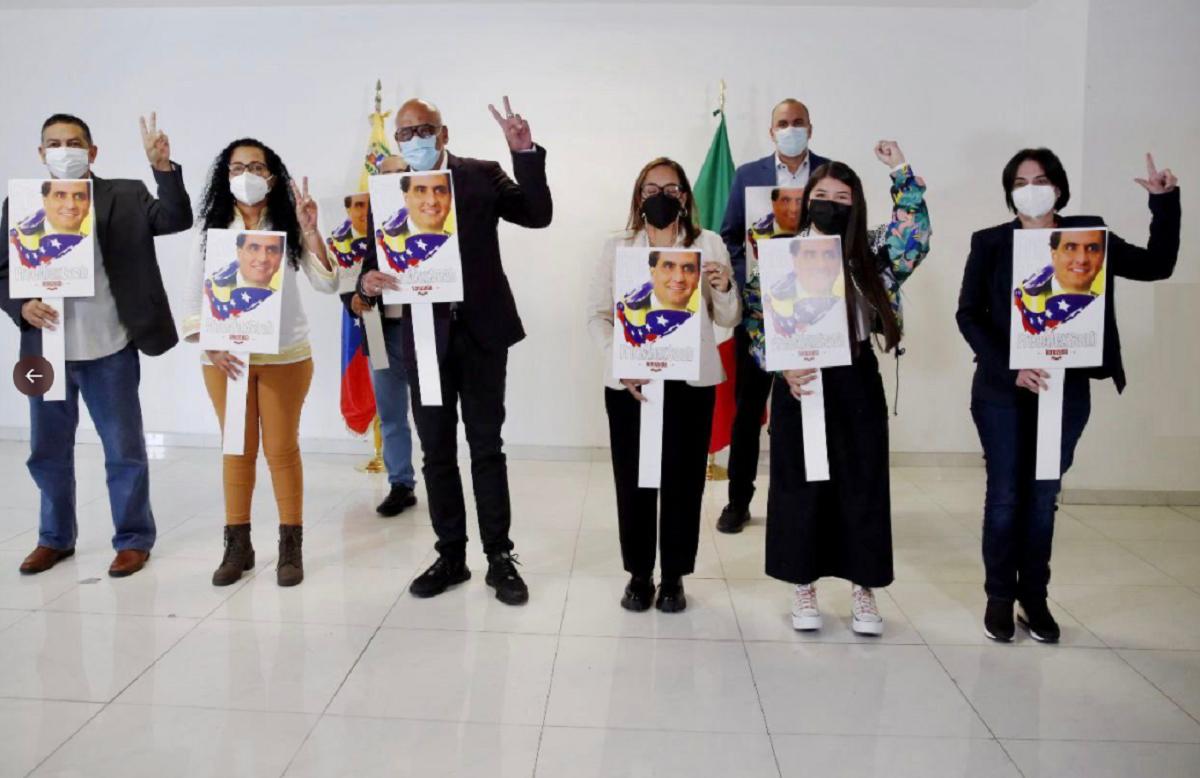 La delegación de la dictadura de Nicolás Maduro arribó a México con carteles con la cara de Alex Saab.