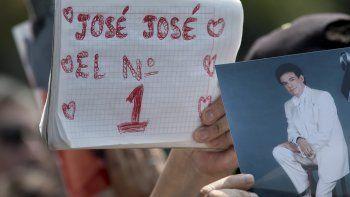 """Un admirador sostiene un cuaderno con el letrero """"José José el No.1"""" junto a una fotografía del fallecido cantante mexicano José José en un homenaje con karaoke en la Ciudad de México el viernes 4 de octubre de 2019. El llamado """"Príncipe de la canción"""" falleció el sábado 28 de septiembre en Miami a los 71 años."""
