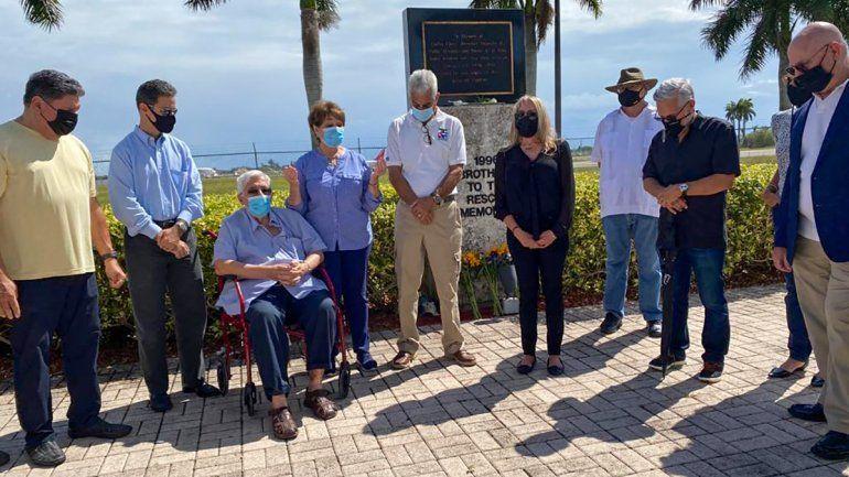 Representantes del exilio cubano conmemoraron el aniversario número 25 del derribo de las avionetas de Hermanos al Rescate y la muerte de cuatro de sus pilotos. Sentado