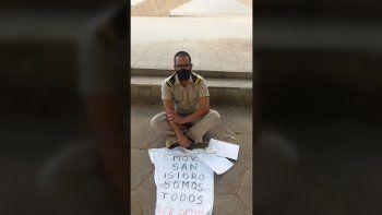 Sentado en la calle y con una camiseta en apoyo al Movimiento San Isidro, Omar Torres denunció el asedio a que son sometidos quienes piensan diferente en Cuba, y poco después fue agredido por un agente de la Seguridad del Estado de Cuba.