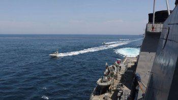 Barcos de la Guardia Revolucionaria iraní pasan cerca de buques militares estadounidenses en el Golfo Pérsico, cerca de Kuwait, en una provocación a EEUU, el 15 de abril de 2020.