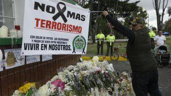 Un hombre extiende una pancarta durante un homenaje a los cadetes muertos por la explosión de un carro bomba el jueves 17 de enero de 2019 contra la Escuela de Cadetes de la Policía de Colombia en Bogotá.