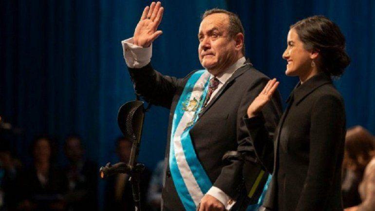 Alejandro Giammattei saluda a la multitud acompañado de su hija Ana Marcela tras tomar juramento como presidente de Guatemala en el Teatro Nacional el martes 14 de enero de 2020.