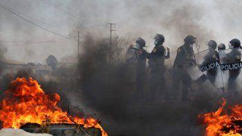 La policía antidisturbios llega a un bloqueo establecido por trabajadores agrícolas en un tramo de la Carretera Panamericana Sur, al norte de Lima, Perú, el miércoles 30 de diciembre de 2020.