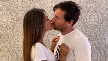 Al delantero del Barcelona FC se le puede observar al minuto dos del videoclip, que en YouTube está disponible desde este jueves 14 de mayo y que suma casi tres millones de reproducciones en menos de 24 horas, en unbesoapasionado con su esposa Antonella Roccuzzo.