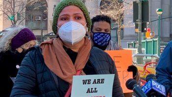 En esta imagen ofrecida por Terry Lawson, Dariela Moncada Maradiaga pide el 24 de enero de 2021 en Nueva York la liberación de su hermano Javier Castillo Maradiaga quien fue detenido en 2019 por cruzar indebidamente la calle y ahora se encuentra bajo custodia de las autoridades migratorias