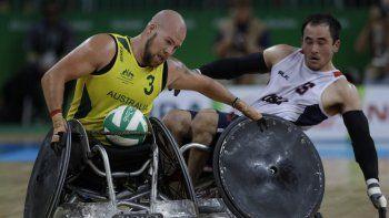 En esta fotografía del 16 de septiembre de 2016 Ryley Batt de australia lucha por el balón con el estadounidense Chuck Aoki durante la final de rugby en silla de ruedas en los Juegos Paralímpicos en Río de Janeiro, Brasil.
