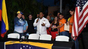José Colina, presidente de laOrganización de Venezolanos Perseguidos Políticos en el Exilio, VEPPEX, habla en un acto de exiliados venezolanos en apoyo al presidente encargado, Juan Guaidó.