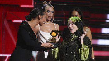 Alicia Keys, izquierda, y Dua Lipa, centro, le entregan el premio a menor nuevo artista a Billie Eilish en la 62a entrega anual de los Grammy en el Staples Center el domingo 26 de enero de 2020 en Los Angeles