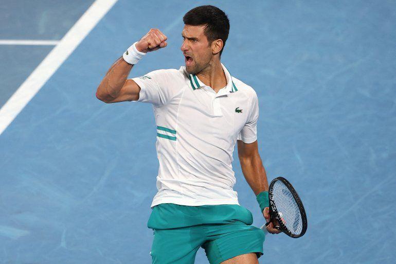 El serbio Novak Djokovic reacciona mientras juega contra el ruso Aslan Karatsev durante el partido de semifinales de individuales masculinos en el día once del torneo de tenis del Abierto de Australia en Melbourne el 18 de febrero de 2021.