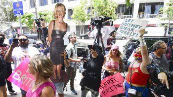 Un recorte de cartón de tamaño natural de Britney Spears en el que los fanáticos y simpatizantes se reúnen frente al Palacio de Justicia del Condado en Los Angeles, California, el 23 de junio de 2021, durante una audiencia programada en el caso de tutela de Spears.